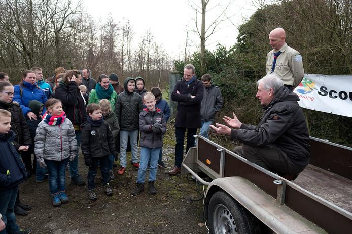 Sjef van Groningen (rechts vooraan), bij de start van de opknap van natuurplas De Waay tussen Groessen en Loo.