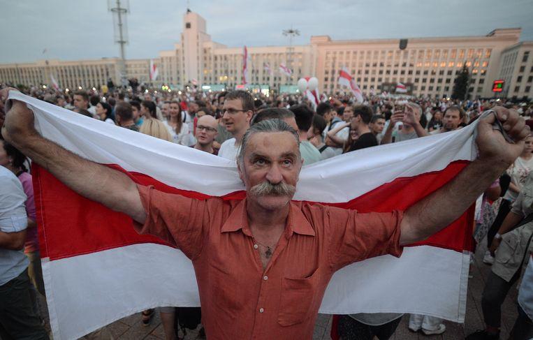 Aanhangers van de oppositie komen bijeen in Minsk om te demonstreren tegen de verkiezingsuitslag en het politiegeweld dat daar op volgde. Beeld EPA