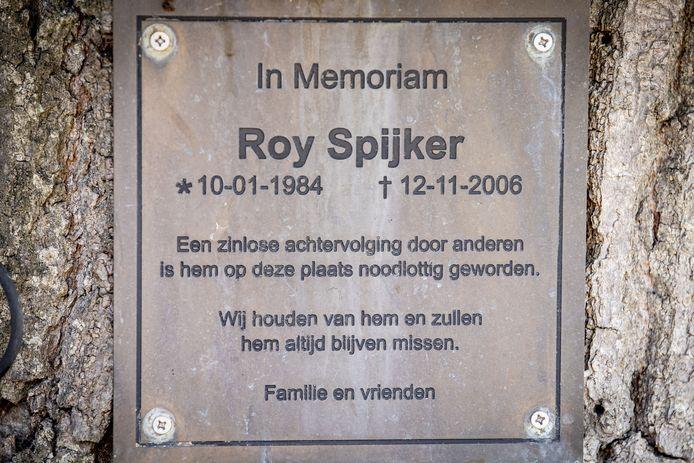 De herinneringsplaat op de boom , ter nagedachtenis aan Roy Spijker.
