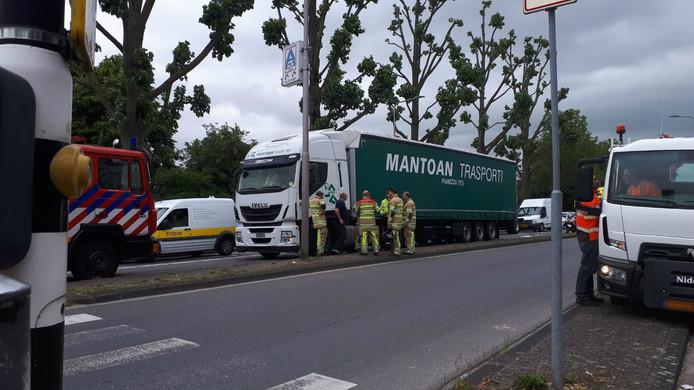 De vrachtwagen had een flink lek in de dieseltank.