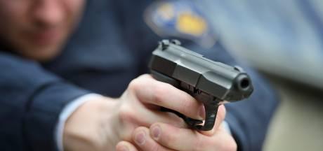 Politie houdt met getrokken vuurwapen twee mannen aan