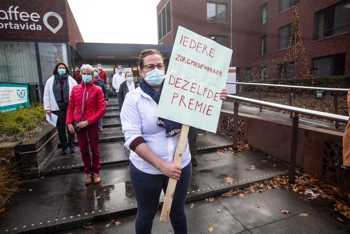 De zorgverleners van het Genkse Woonzorgcentrum Toermalien hebben actiegevoerd om dezelfde premie te krijgen als zorgverleners in ziekenhuizen.