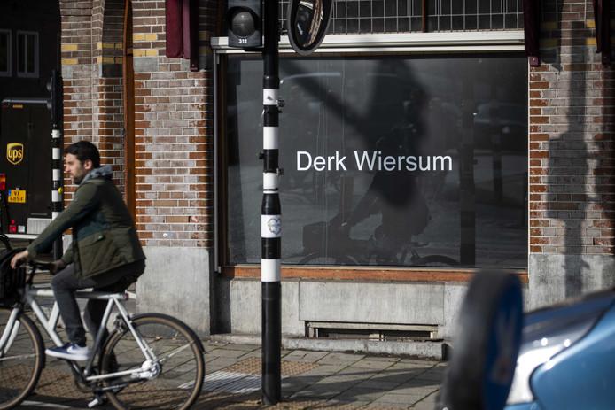 Het kantoor van strafrechtadvocaat Peter Plasman richtte een etalage in als eerbetoon aan collega Derk Wiersum. De moord op Wiersum vormde de aanleiding voor extra beveiliging van advocaten en de rechterlijke macht. Dat gaat ten koste van inzet in de regio.