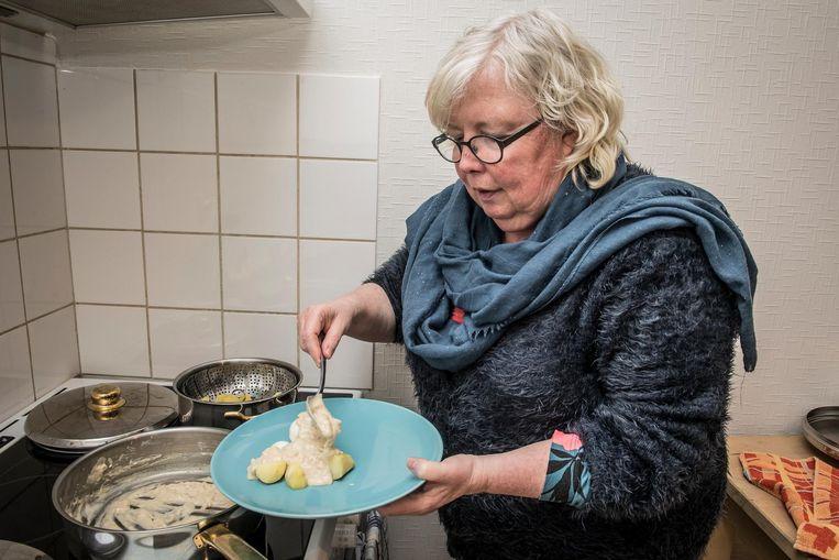 Rita Lombaert serveert een overheerlijke portie van haar papsaus met eieren.
