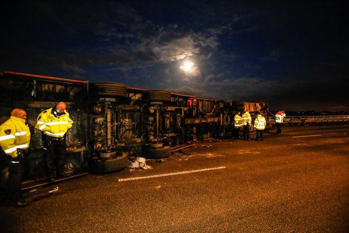 Op de A16 net voorbij de Moerdijkbrug is maandagochtend een vrachtwagen gekanteld.