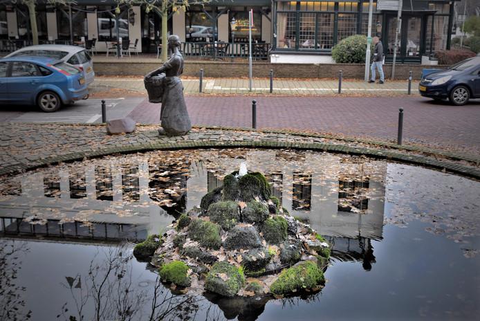 De fontein in Beek: ooit een ferme straal, nu een sneu stroompje.