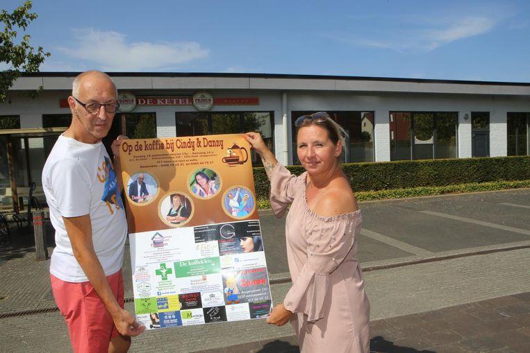 Danny Landélo en Cindy Laevers met de affiche van hun fandag.