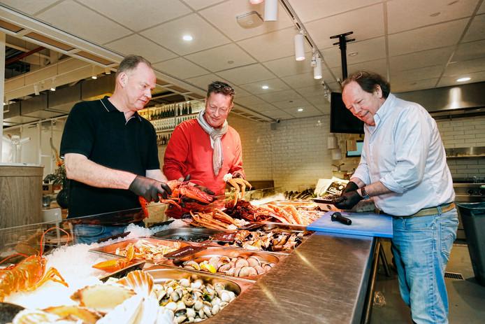 De gebroeders Victor, Geert en Fons de Visscher in de Seafood Bar op het Stationsplein in Utrecht.