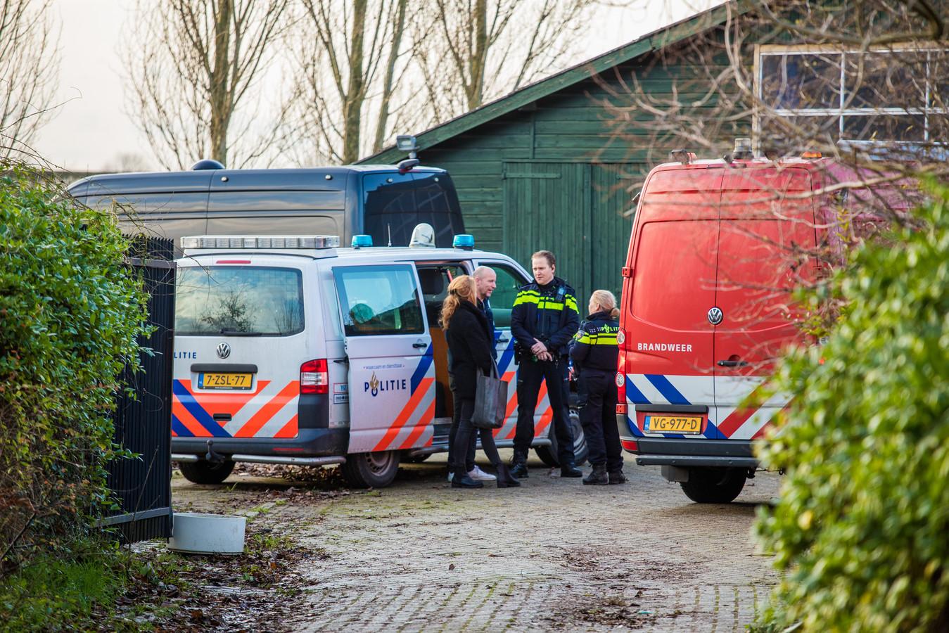Politie en brandweer bij een drugslab in een schuur. Foto ter illustratie.