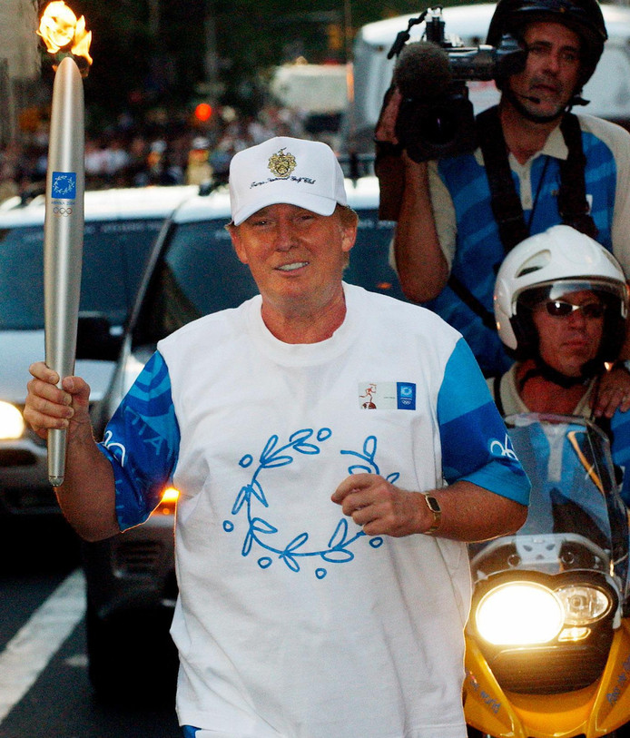 Donald a porté la flamme olympique lors de son passage à New York quelques mois avant les Jeux d'Athènes.