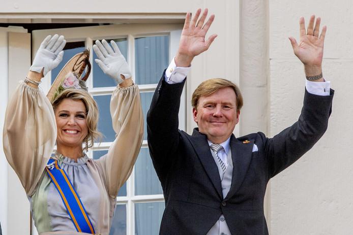 Koning Willem Alexander en koningin Maxima zwaaien vanaf het balkon bij Paleis Noordeinde op Prinsjesdag.