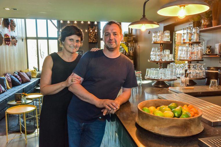 In de landelijke Stokstraat openen Jo Stragier en echtgenote Eveline Noordijk de zomer terug de pop-up Bar Bâton.