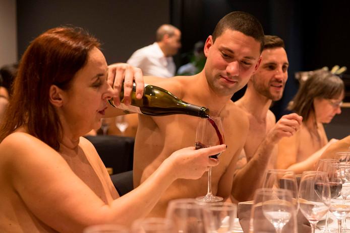 """Parijs is een nieuw restaurant rijker. Restaurant """"O'Naturel"""" waar klassiek Franse gerechten worden geserveerd is alleen toegankelijk voor nudisten. Foto Geoffroy van der Hasselt"""