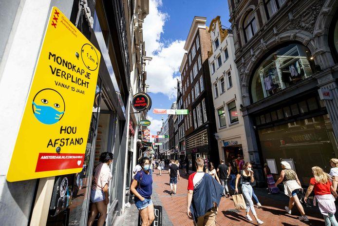 Een bord dat aangeeft dat er een mondmaskerplicht geldt, in het centrum van Amsterdam. Voor de derde dag op rij heeft Nederland een recordaantal coronameldingen.