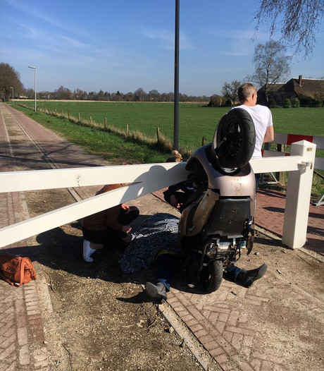 Scooter botst op slagboom in Twello