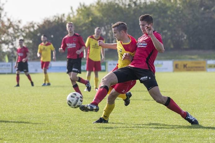 Arjen Dingemanse van Yerseke (rood shirt) doet een uiterste poging een aanval van Arnemuiden de stuiten. FOTO Johan van der Heijden