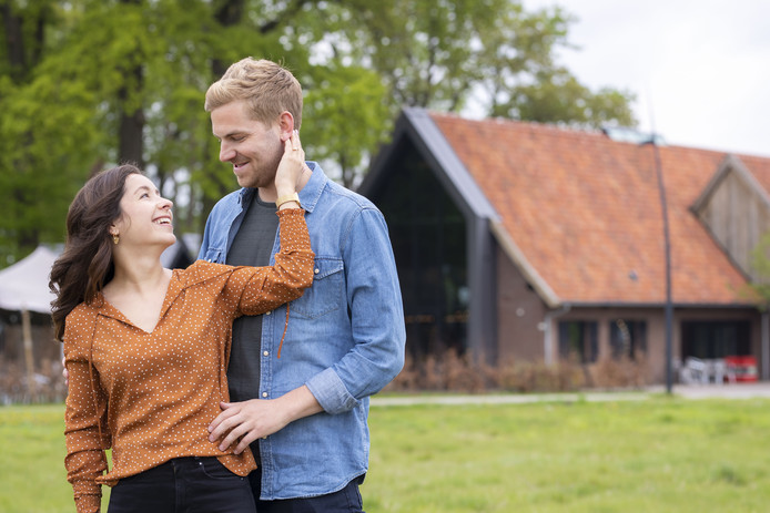 Jop Wieffer en Dzenana Halilovic zijn een van de vele paren in Hengelo die dit jaar in het huwelijk treden. Het gemeentehuis is niet altijd meer de voor de hand liggende locatie, buitenlocaties zijn ook in trek. Dit paar trouwt in de Twentsche Bierbrouwerij