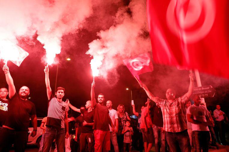 Aanhangers van kandidaat Nabil Karouï juichen bij zijn hoofdkwartier als de uitslagen van de eerste ronde van de presidentsverkiezingen zondag binnenkomen.  Beeld null