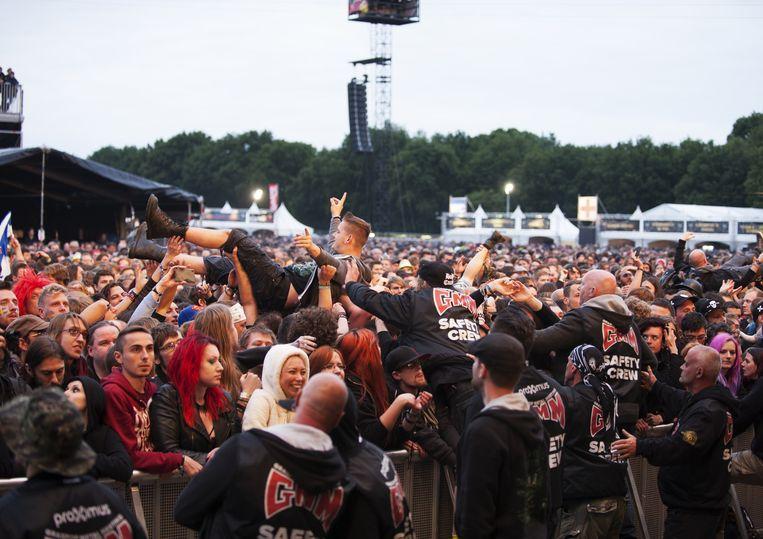 Enkele crowdsurfers tijdens het optreden van In Flames.