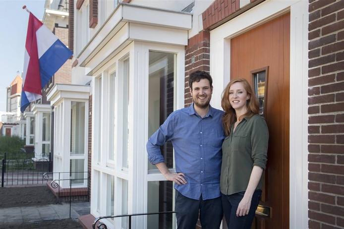 Jon Maas en Anne zomer, die net de sleutel hebben van hun huis in het Waalfront. foto Bert Beelen