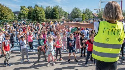 Kinderen van De Wereldbrug vormen fietsersketting op Strapdag