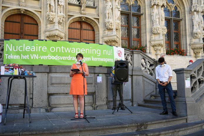 Ook burgemeester Mohamed Ridouani en schepen Lies Corneillie waren aanwezig tijdens de actie van de Leuvense Vredesbeweging.