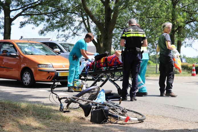 Een fietser raakte gewond toen hij werd geschept door een auto.