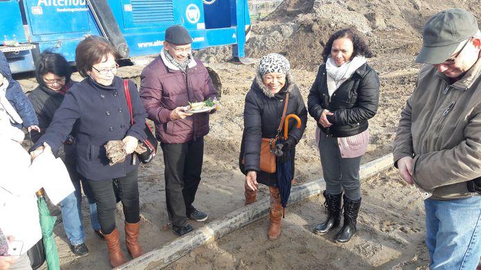 Op de bouwplaats in Malburgen wordt gele rijst gestrooid om een voorspoedig verloop van het woonproject af te dwingen.