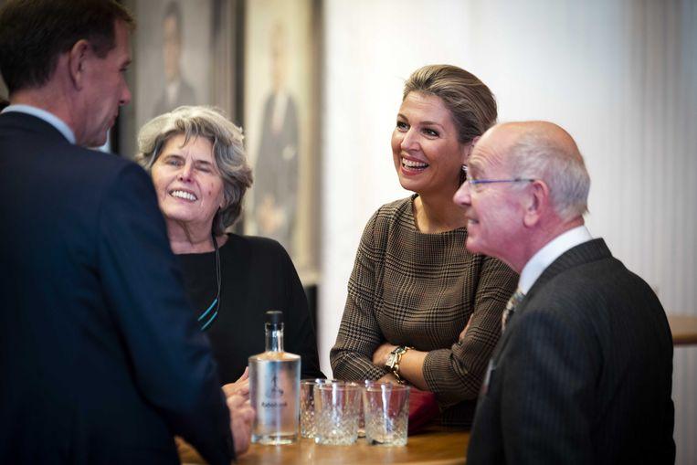 Koningin Máxima tijdens een bezoek aan een werkconferentie van SchuldenlabNL, waar oud-minister Gerrit Zalm (rechts) voorzitter van is. Beeld ANP