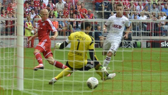 Robben mikt na een fraaie solo door de benen van Schäfer.