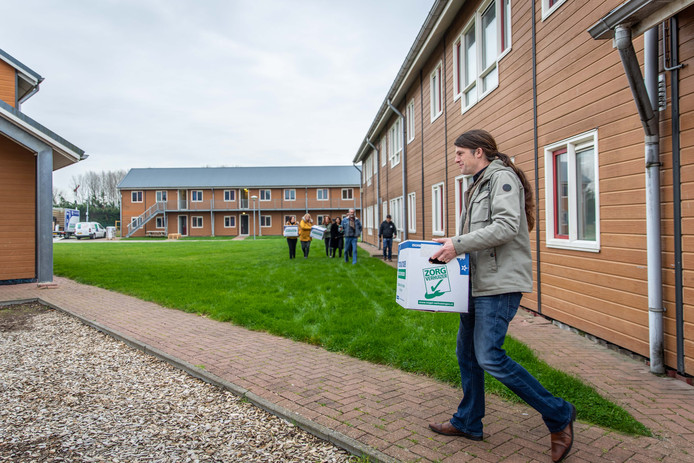 Locatiemanager Fokke Osterthun in de weer met een verhuisdoos in het asielzoekerscentrum in Goes.