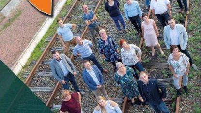 """""""Dit spoort niet"""": Campagnefoto op treinspoor van lokale CD&V veroorzaakt commotie"""