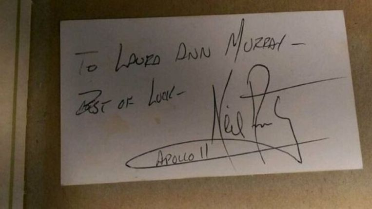 Astronaut Neil Armstrong schreef een kort berichtje voor Laura op de achterkant van een visitekaartje van haar vader.