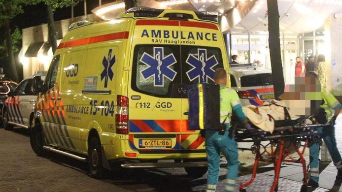 Het slachtoffer wordt door ambulancemedewerkers meegenomen.