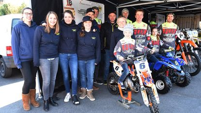 Frituur stelt motorcrossteam voor