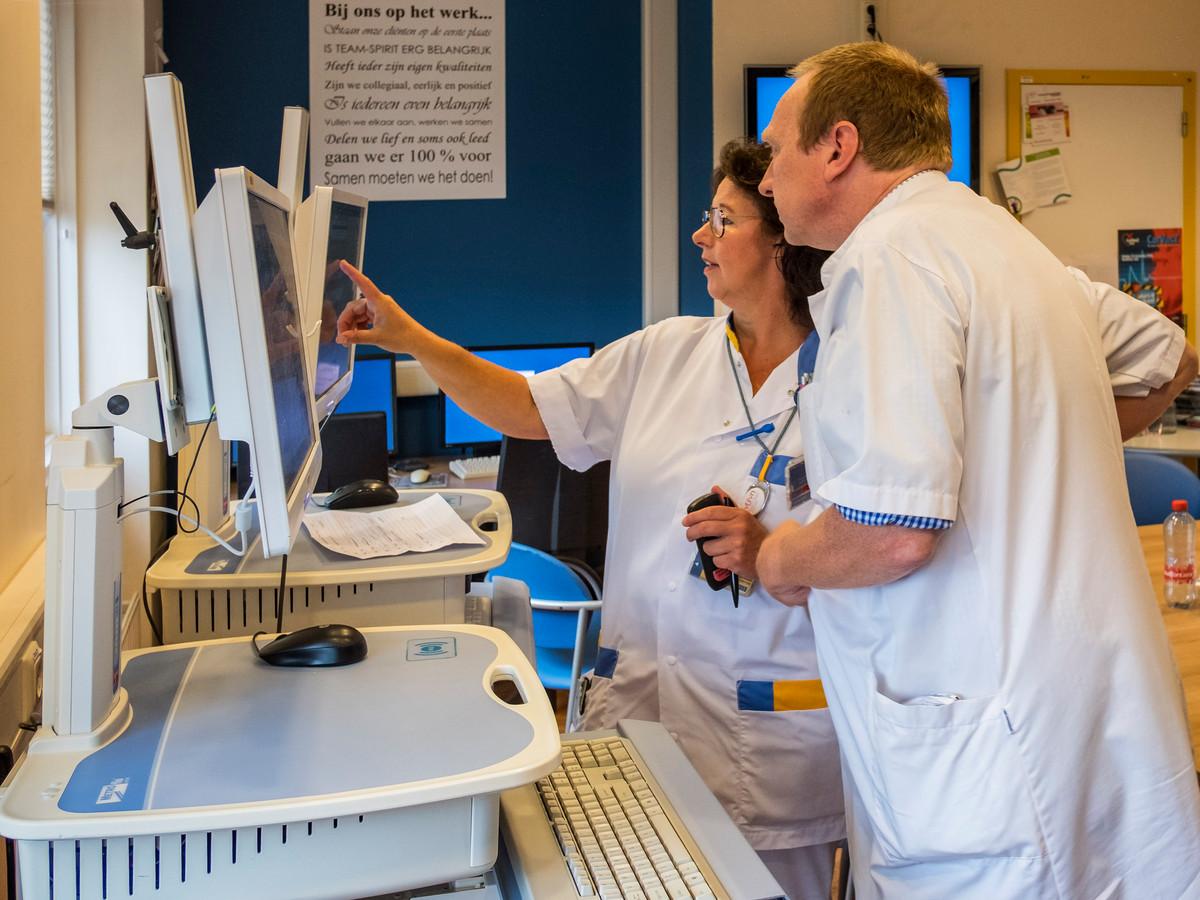 Gynaecoloog Walter Jaques in overleg na visiteronde op de afdeling.