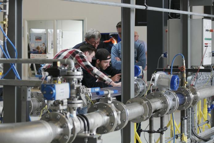 Studenten in de Duurzaamheidsfabriek in Dordrecht.