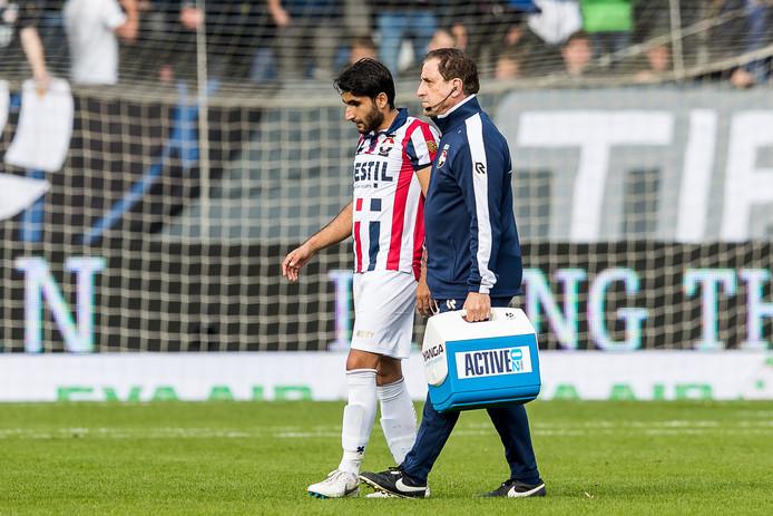 Aras Özbiliz verlaat in de wedstrijd tegen Feyenoord geblesseerd het veld.