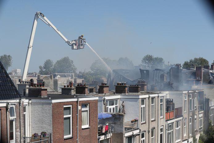 De brandweer moest een hoogwerker inschakelen om de brand te kunnen blussen.