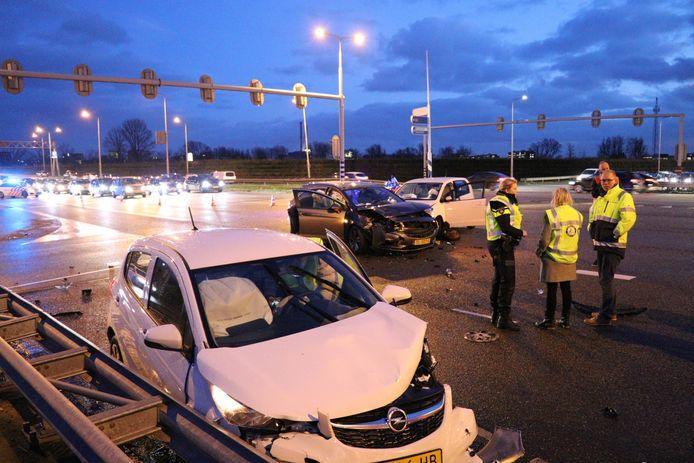 De drie auto's raakten zwaar beschadigd.