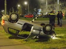 Auto belandt op dak midden op trambaan, bestuurder vlucht