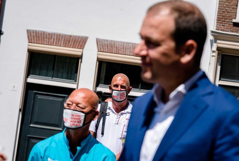 Lodewijk Asscher (PVDA) tijdens een actie van zorgverleners bij de Tweede Kamer. De actievoerders eisen een betere beloning voor zorgmedewerkers.  Beeld ANP