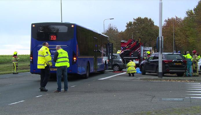 Door een aanrijding tussen een lijnbus en een auto zijn zaterdagochtend in Margraten (Limburg) zeven mensen gewond geraakt. Een man uit Deventenaar overleed later aan zijn verwondingen.
