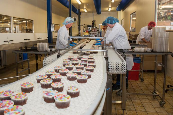 Medewerkers van koekjesfabriek Frijling in Dalfsen. Foto ter illustratie.