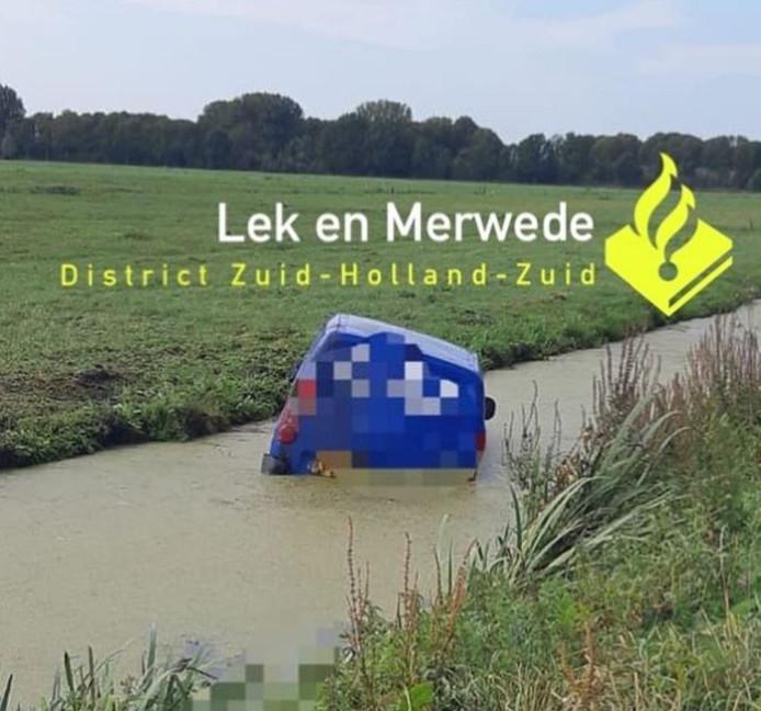 De man reed met zijn bus een sloot langs de Boonevlietweg in Langerak in.