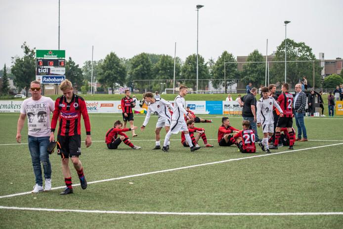 Enrico van Overmeeren (tweede van links) druipt af nadat hij de beslissende strafschop heeft gemist. Veel van zijn ploeggenoten zitten nog verslagen op het kunstgras, na de verloren thriller tegen WSC.