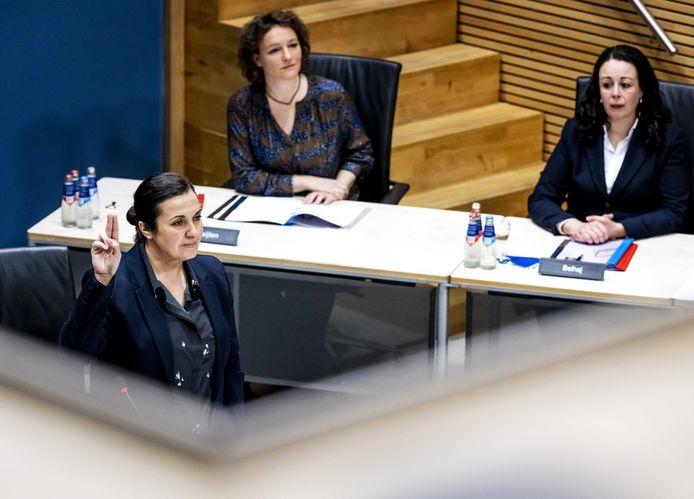 Eva González Pérez tijdens haar verhoor door commissie die onderzoek doet naar problemen rond de fraudeaanpak bij de kinderopvangtoeslag.