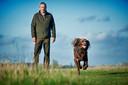Peter van Lith met zijn jachthond Fenna.