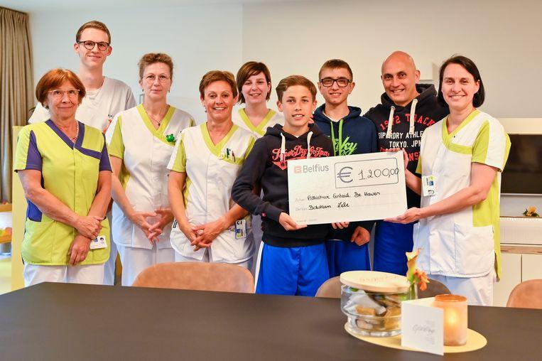 Boksteam overhandigt een cheque van 1.200 euro aan de palliatieve afdeling van het AZ Sint-Blasius.