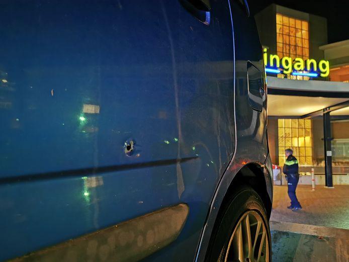 Een van de kogelgaten in de auto bij de hoofdingang van het Slingeland ziekenhuis in Doetinchem.